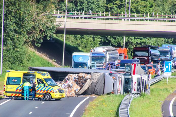 Beide richtingen van de N50 bij Emmeloord zijn gesloten na het ongeluk met de vrachtwagen.
