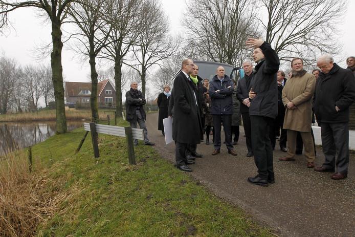 Staatssecretaris Joop Atsma was ook in 2011 op bezoek in Kampen. Hij kreeg tekst en uitleg over de geplande bypass. Foto: Sacha Wunderink