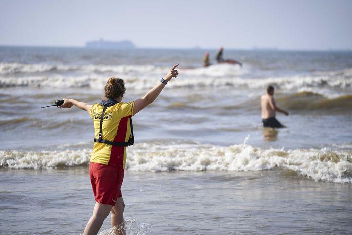 De reddingsbrigade rukt uit op het strand van Scheveningen, waar stroming en wind zorgen voor een verraderlijke zee.