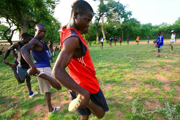 Duizenden jongens sporten keihard in Kameroen en Senegal, maar tevergeefs