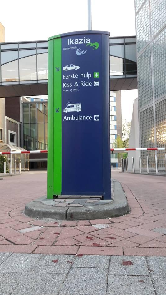 Het slachtoffer werd voor de parkeerplaats van de eerste hulp bij het Ikazia Ziekenhuis uit de auto gegooid.