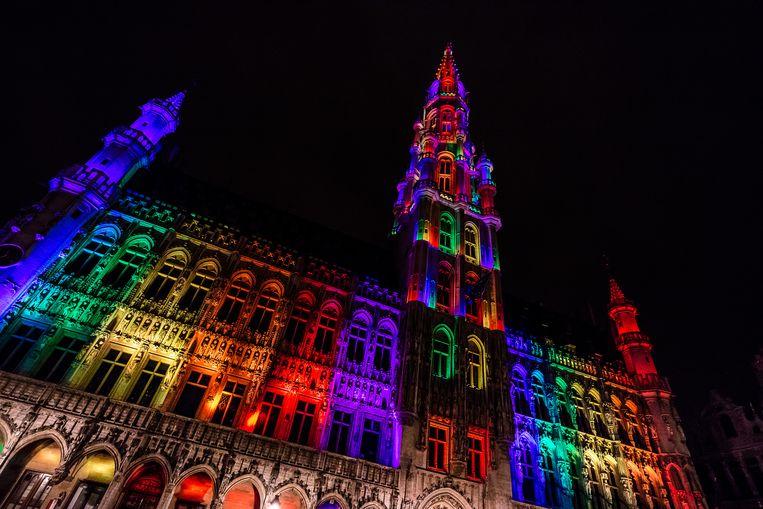 Het Brusselse stadhuis in de kleuren van de holebivlag, vorig jaar als hulde aan de slachtoffers van de schietpartij in een homonachtclub in Orlando.