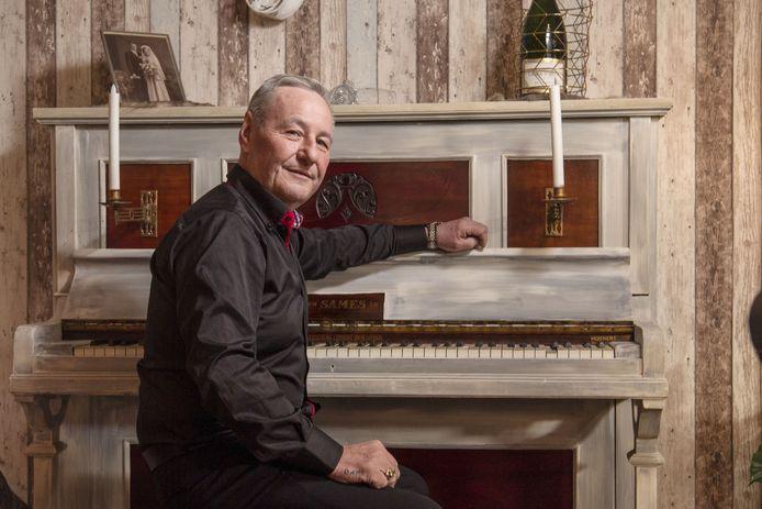 Willie Marsman is volkszanger en de zingende Santa die in een arrenslee elk kerstfeest komt opluisteren. Hij heeft een bijzonder levensverhaal.