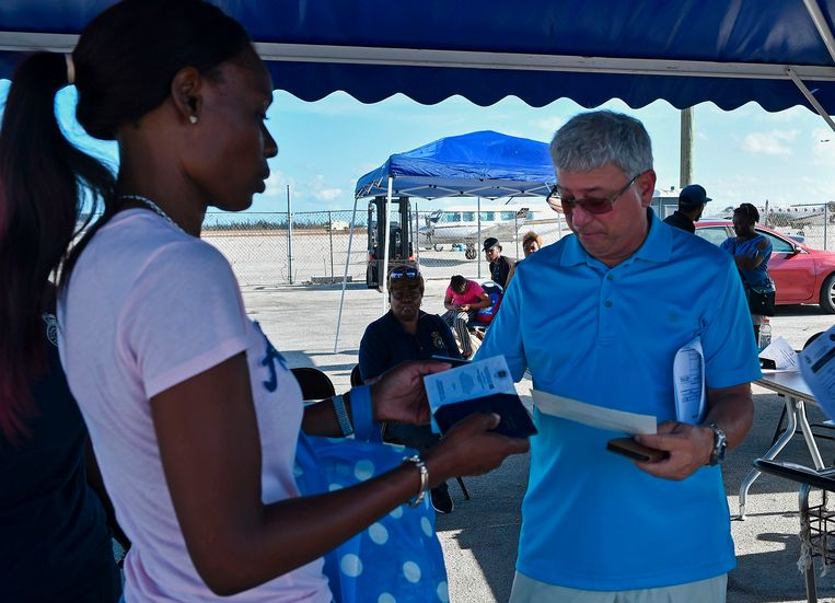 Het paspoort van een vrouw wordt gecheckt op de luchthaven van Freeport om naar Florida te kunnen vliegen.