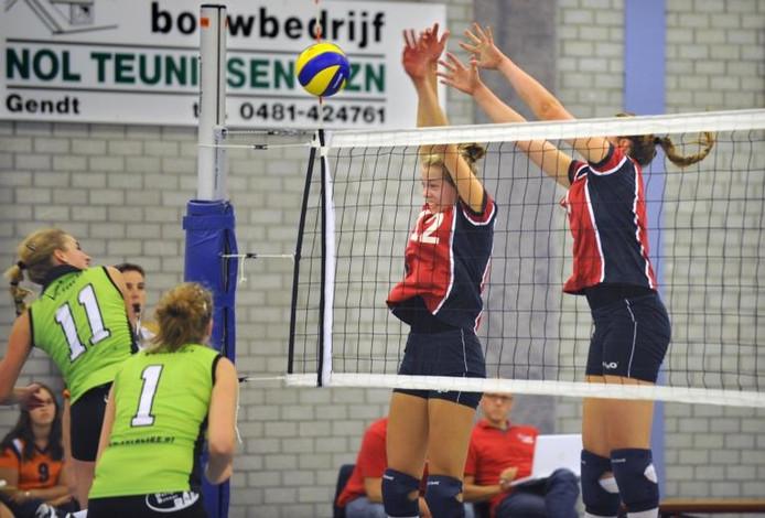 De volleybalsters van HAN (rechts) heersen aan het net in het verloren duel met Veracles. Met nummer 12 is de 'Gendtse' spelverdeelster Femke Stoltenborg herkenbaar.foto Flip Franssen