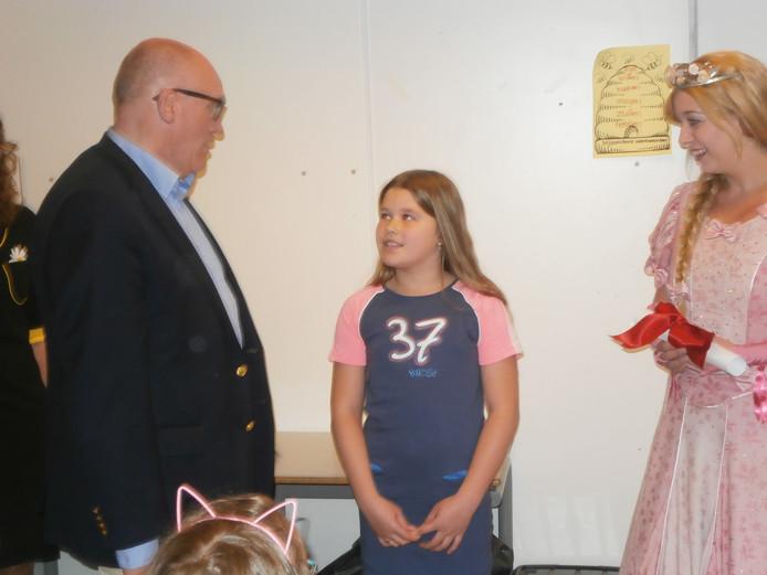 Jasmijn in haar klas verrast door Assepoester en Olaf Vugts van de Efteling.