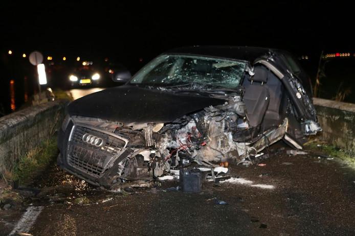 De auto raakt aan de linkerzijde zwaar beschadigd.