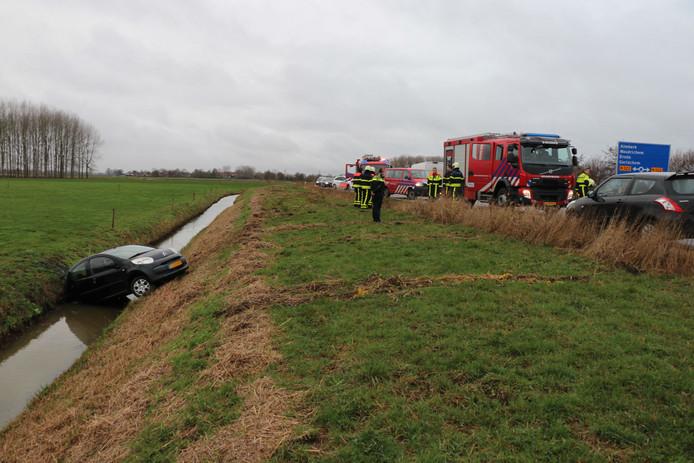 Auto belandt in sloot in Giessen