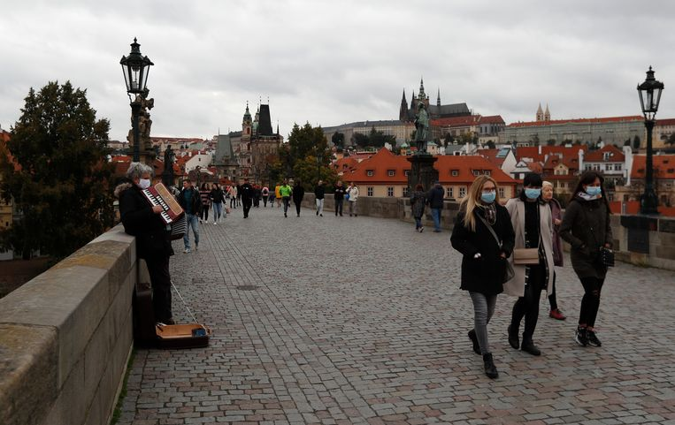Wandelaars lopen over de Karelsbrug in Praag. Beeld AP