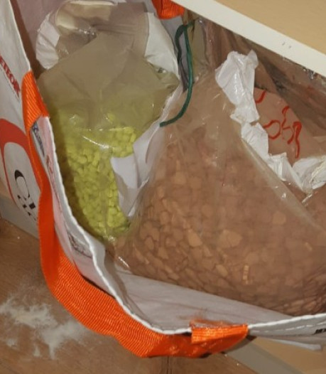 Vader (63) en zoon versturen kilo's drugs naar buitenland: 25.000 xtc-pillen onderschept