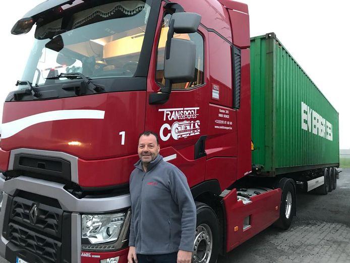"""Christophe (50) aan zijn vrachtwagen waarmee hij al jaren op de E17 rijdt. """"Aanschuiven op de E17 door een ongeval is wekelijkse kost."""""""