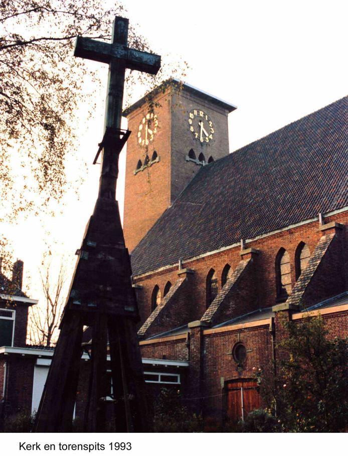 De ontmantelde te redden torenspits in de tuin achter de kerk in 1993.