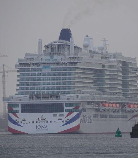 Megacruiseschip op gas doet Rotterdam aan