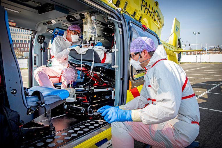 Een traumahelikopter wordt ingezet om coronapatiënten van het Jeroen Bosch Ziekenhuis in Den Bosch over te brengen naar ziekenhuizen in Duitsland, april 2020. Beeld Patrick van Katwijk / BSR Agency