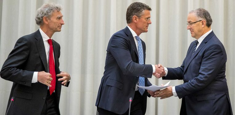 Informateurs  Paul Rosenmöller (links) en Pieter Duisenberg overhandigen hun eindadvies aan de Rotterdamse burgemeester Ahmed Aboutaleb. Beeld ANP