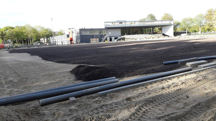 De sporthal Het Binnenveld in Wageningen is bijna klaar, de buitenvelden o pde voorgrond liggen er over een paar maanden
