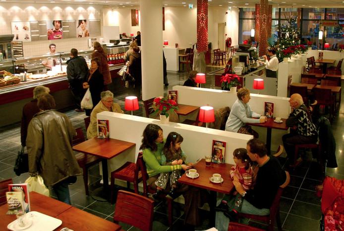 Archiefplaat Hemarestaurant Breda. Voor veel ouderen is het koffiemoment bij de Hema een belangrijk uitje.
