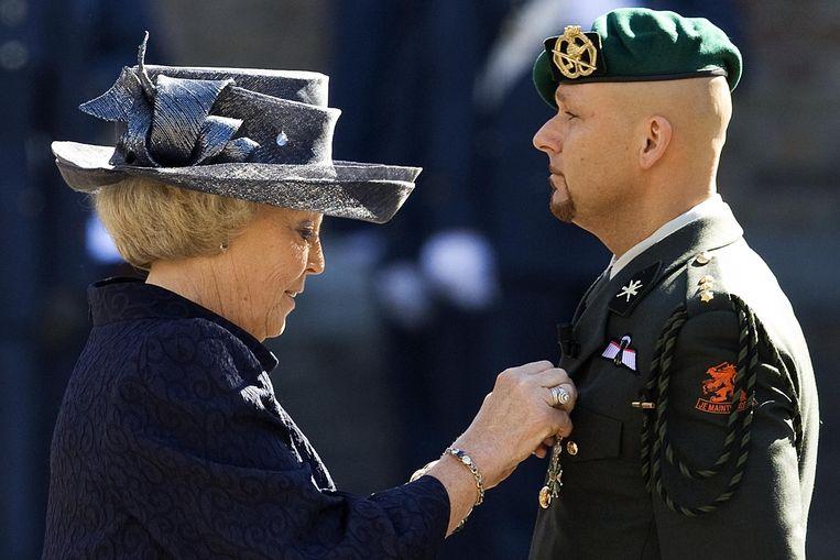 Koningin Beatrix reikt in mei 2009 de Militaire Willems-Orde uit aan kapitein Marco Kroon. Beeld anp