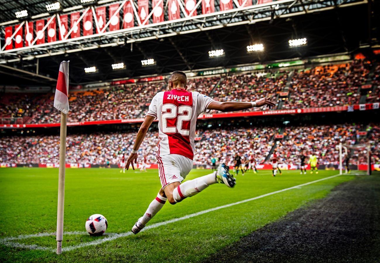 Hakim Ziyech legt aan voor een hoekschop van Ajax.