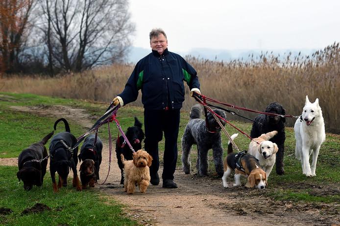 Frank Vugts laat de gasten van zijn bed & breakfast voor honden vier keer per dag uit.