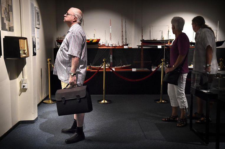 Bezoekers in het Radio Veronica-museum. Beeld null