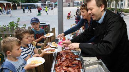 Burgemeester en onderwijsschepen bakken spek met eieren voor leerlingen