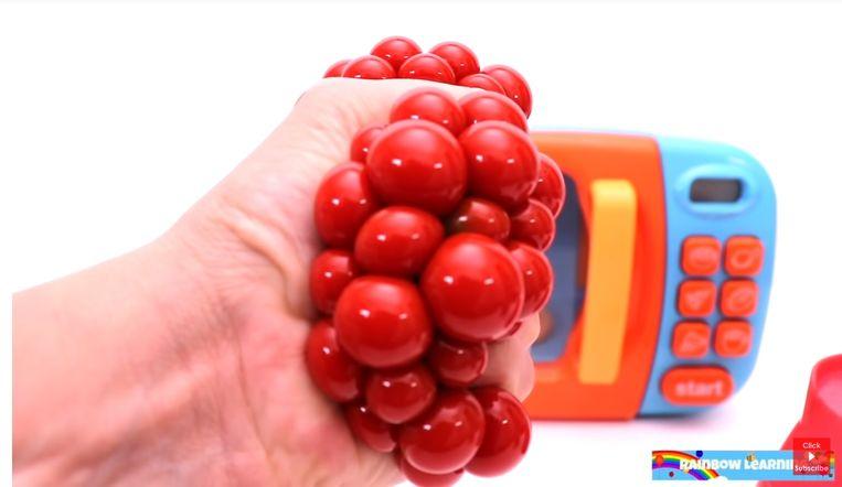 In de YouTube-video Toy Microwave Play with Mrs Rainbow verdwijnt een vuist vol aambeien in een magnetron, om er als speelgoedautootje uit te komen. Dit is 2019 mensen. Beeld YouTube