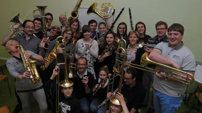 Zultse Jeugdige Harmonie speelt concert op kerkhof
