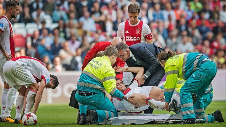 Ajax - Vitesse van september vorig jaar. Matthijs de Ligt gaat na een half uur met een hersenschudding van het veld. Drie dagen later trainde hij alweer. Beeld Guus Dubbelman / de Volkskrant