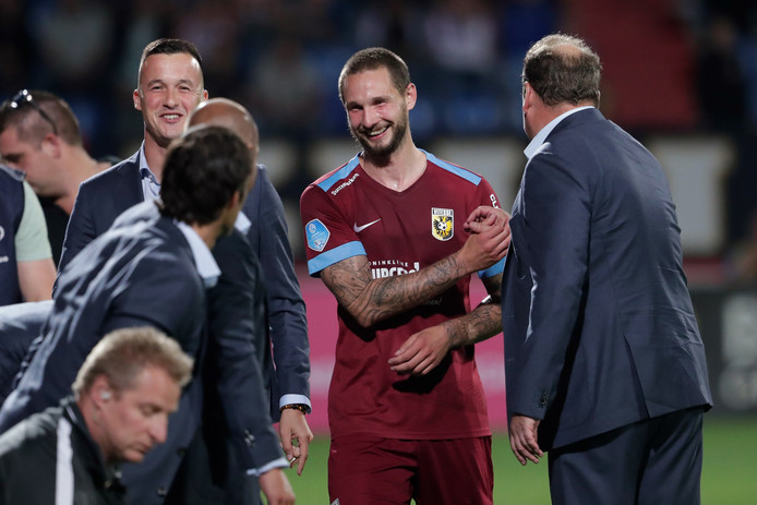 Matavz ontvangt de felicitaties van Sloetski.
