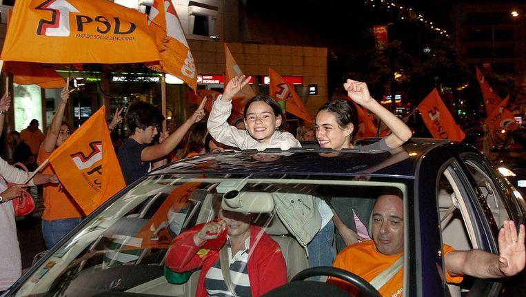 Een familie in Lissabon viert de overwinning van de PSD. Beeld epa
