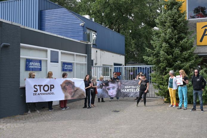 Dierenactivisten demonstreren opnieuw bij apenhandelaar in Tilburg