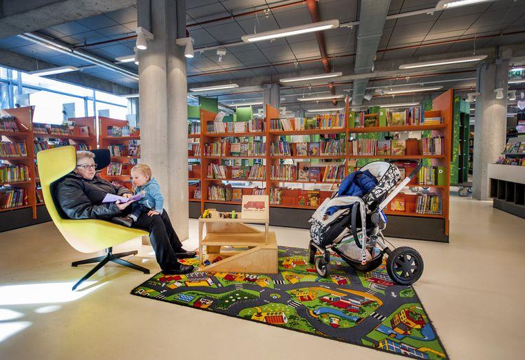 DOK, de bibliotheek, moet opnieuw fors bezuinigen. De focus komt te liggen op jeugd tot 14 jaar. Ook trekt de Vrije Academie (VAK) in. Beeld Raymond Rutting / de Volkskrant