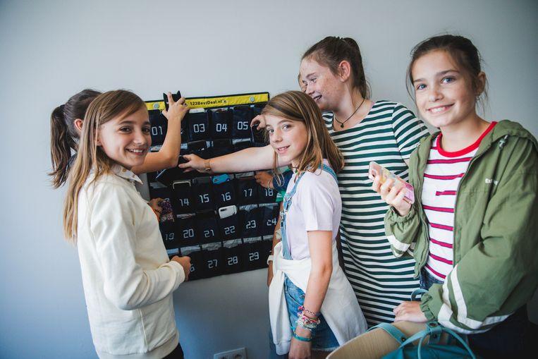 Smartphones in de 'telefoontas' in de Einsteinschool