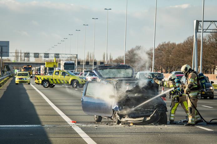 Het voorste voertuig vloog bij de kop-staartbotsing in brand.