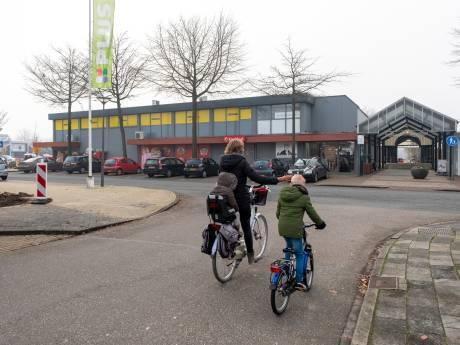 Buren Meidoornplein Wezep bezorgd: 'Het wordt helemaal geen gezellig, maar juist een onveilig winkelcentrum'