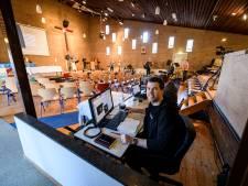 Lege stoelen in Enschedese baptistenkerk, maar toch 'drukker dan ooit'