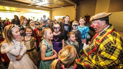 Kinderen vieren carnaval met Clown Rocky