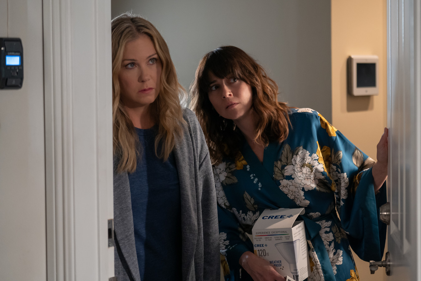 Jen (Christina Applegate) en Judy (Linda Cardellini) in Dead to Me.