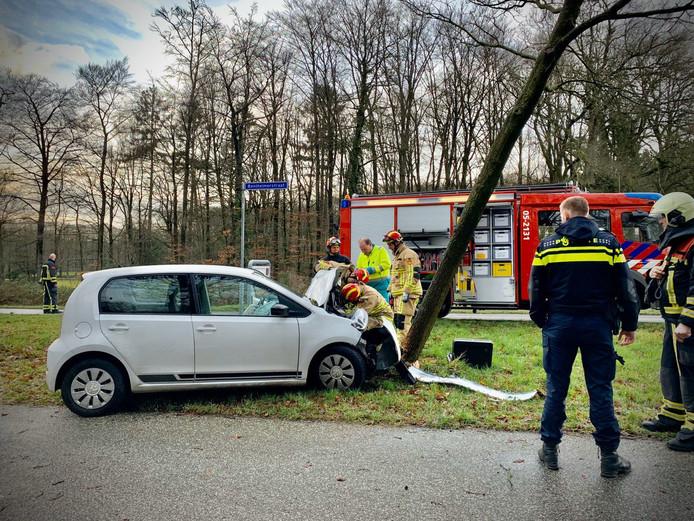 De auto kwam tegen een boom tot stilstand.