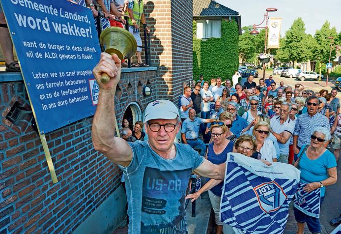Reekenaren demonstreren bij het raadhuis in Schaijk voor de komst van een Aldi in hun dorp.