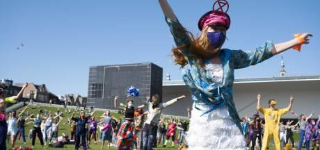 Extinction Rebellion demonstreert dansend verder door Amsterdam