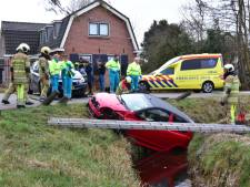 Auto belandt in sloot na botsing in Westbroek
