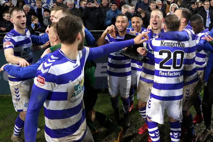 De spelers van De Graafschap vieren in februari al een feestje na het binnenhalen van de derde periodetitel in de eerste divisie.