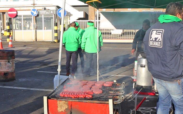 De stakers hielden een barbecue op de parking van Delhaize.
