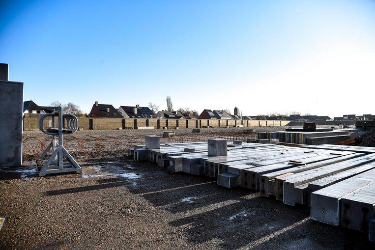 De bouw van het winkelcomplex is gestart.