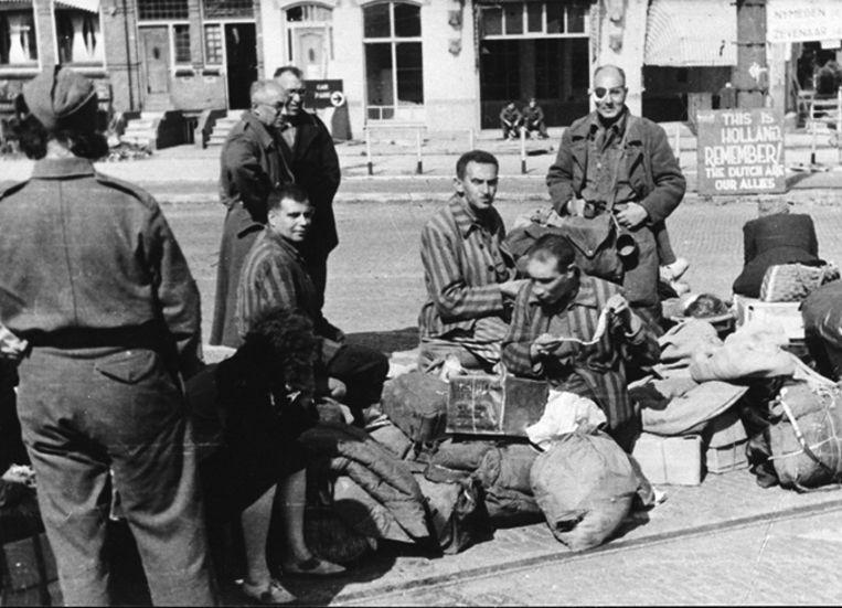 Teruggekeerde Joodse gevangenen (waarschijnlijk te voet uit hun kamp vertrokken), vlak over de grens. Beeld