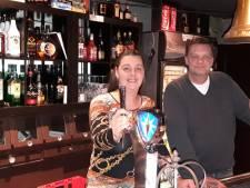 In dit café in Almelo vliegen je de dartpijlen en biljartballen om de oren