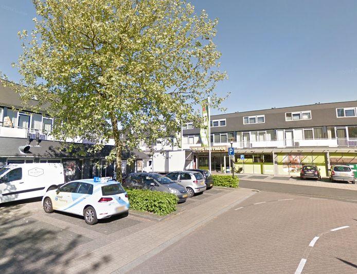 Een 67-jarige vrouw werd donderdag op de parkeerplaats bij de supermarkt aan de Zwaluwenburg in Deventer uit haar auto gesleurd door een onbekende man. Deze 38-jarige man is een paar uur later in Gelderland aangehouden.