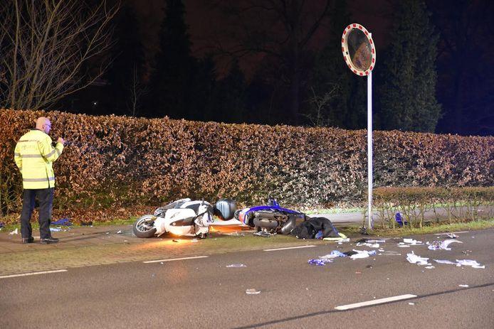 De bestuurders van de scooters raakten zwaargewond.